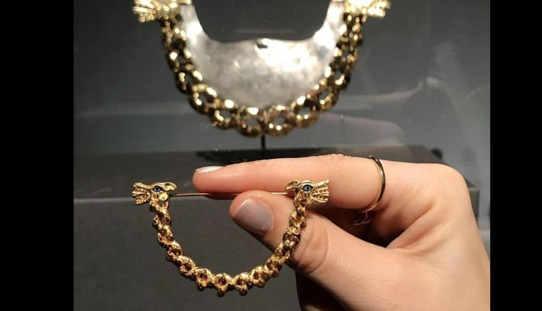 Adelante el broche réplica que hizo Omar Hurtado, atrás el collar original de la serpiente Moche. (Foto: Difusión)