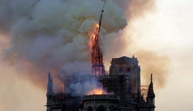 El fuego empezó en la parte superior de la catedral y se propagó rápidamente a toda la parte superior del monumento haciendo que se derrumbara su aguja. (Foto: AFP)