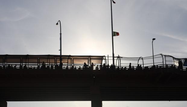Migrantes esperan en el puente de El Paso sobre río Bravo este, martes 16 de abril de 2019, en la fronteriza Ciudad Juárez, en el estado de Chihuahua (México). (Foto: EFE)