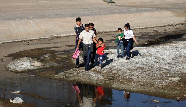Sin importar la manera en se internen a suelo norteamericano, los migrantes pueden solicitar asilo. (Foto: EFE)