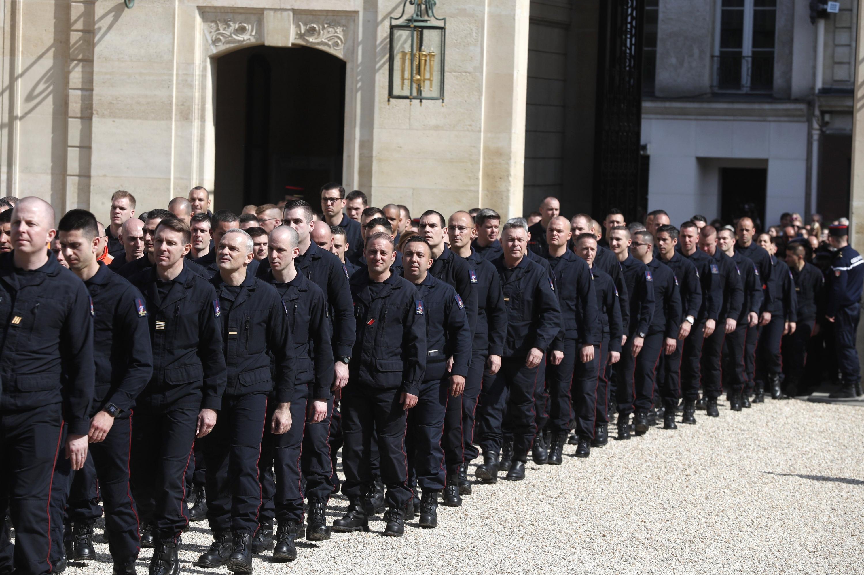 El personal del servicio de emergencia en el Palacio del Elíseo en París. (Foto: AP)