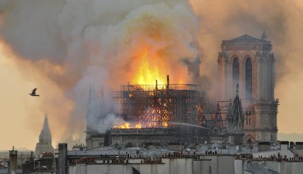 Las llamas y el humo brotaron después de que la aguja se derrumbara en la catedral de Notre Dame en París. (Foto: AP)