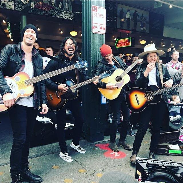 Dave Grohl y Brandi Carlile ofrecieron un show en un mercado de Seattle. (Instagram)