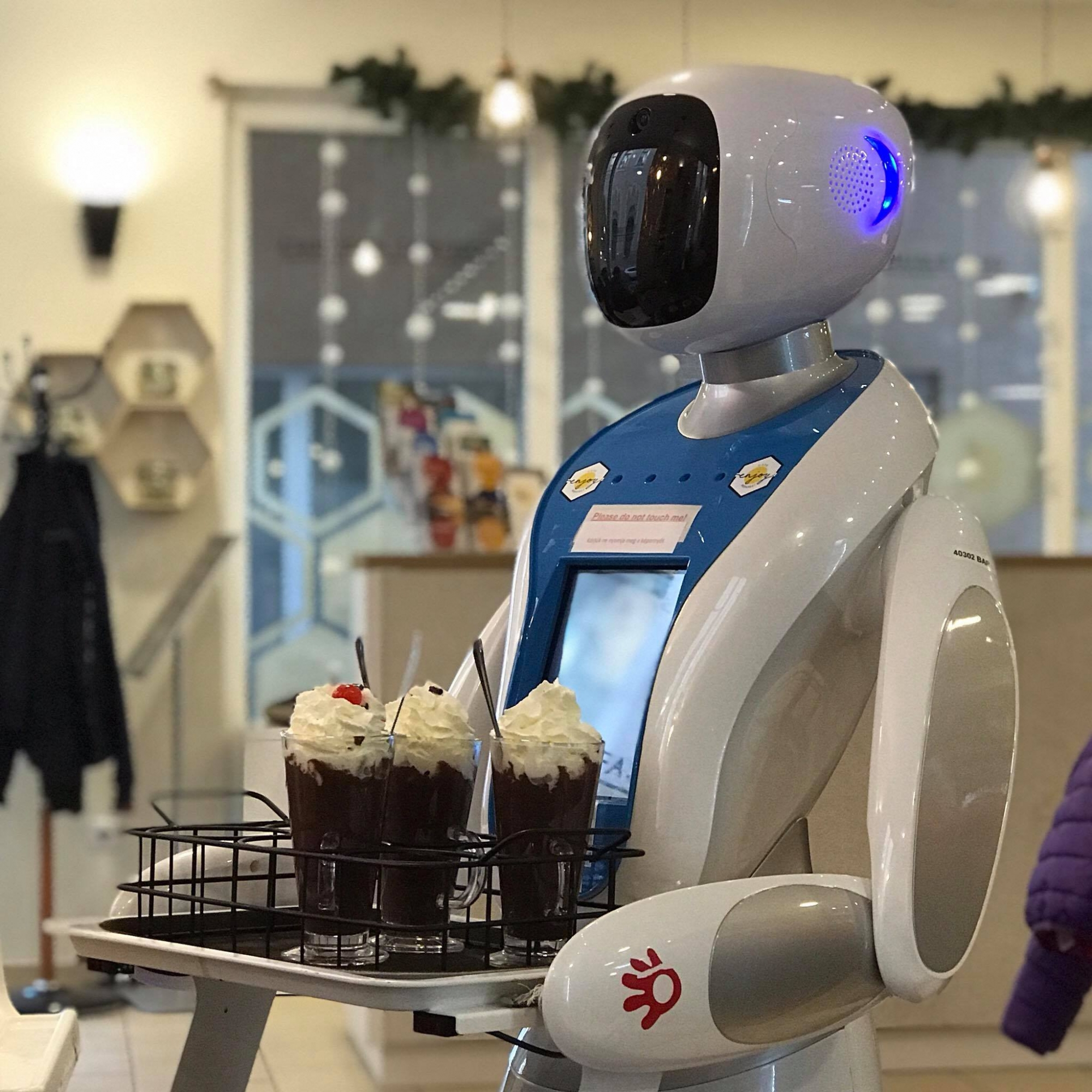 Los robots llevan el café y las comidas a las mesas. (Enjoy Budapest Café)