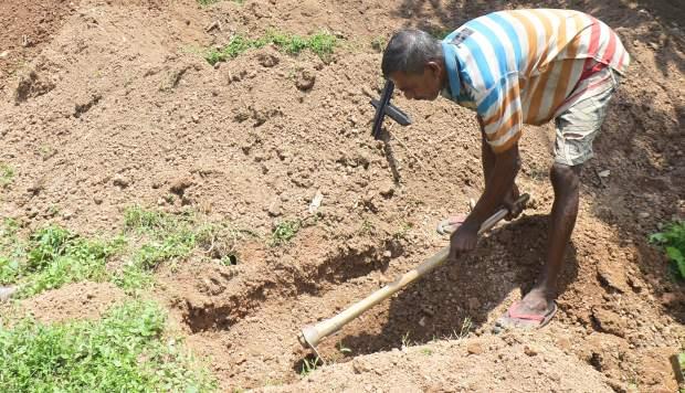 Piyasri Gunasena rara vez cava más de una tumba al día en el cementerio Madampitiya. El 23 de abril, después de los mortíferos ataques con bombas de Pascua, había cavado 10 a media tarde. (Foto: AFP)