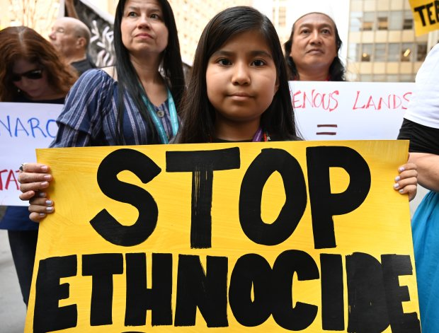 Protesta activista frente a la Misión Permanente de Brasil en Nueva York el 23 de abril de 2019. (Foto: AFP)