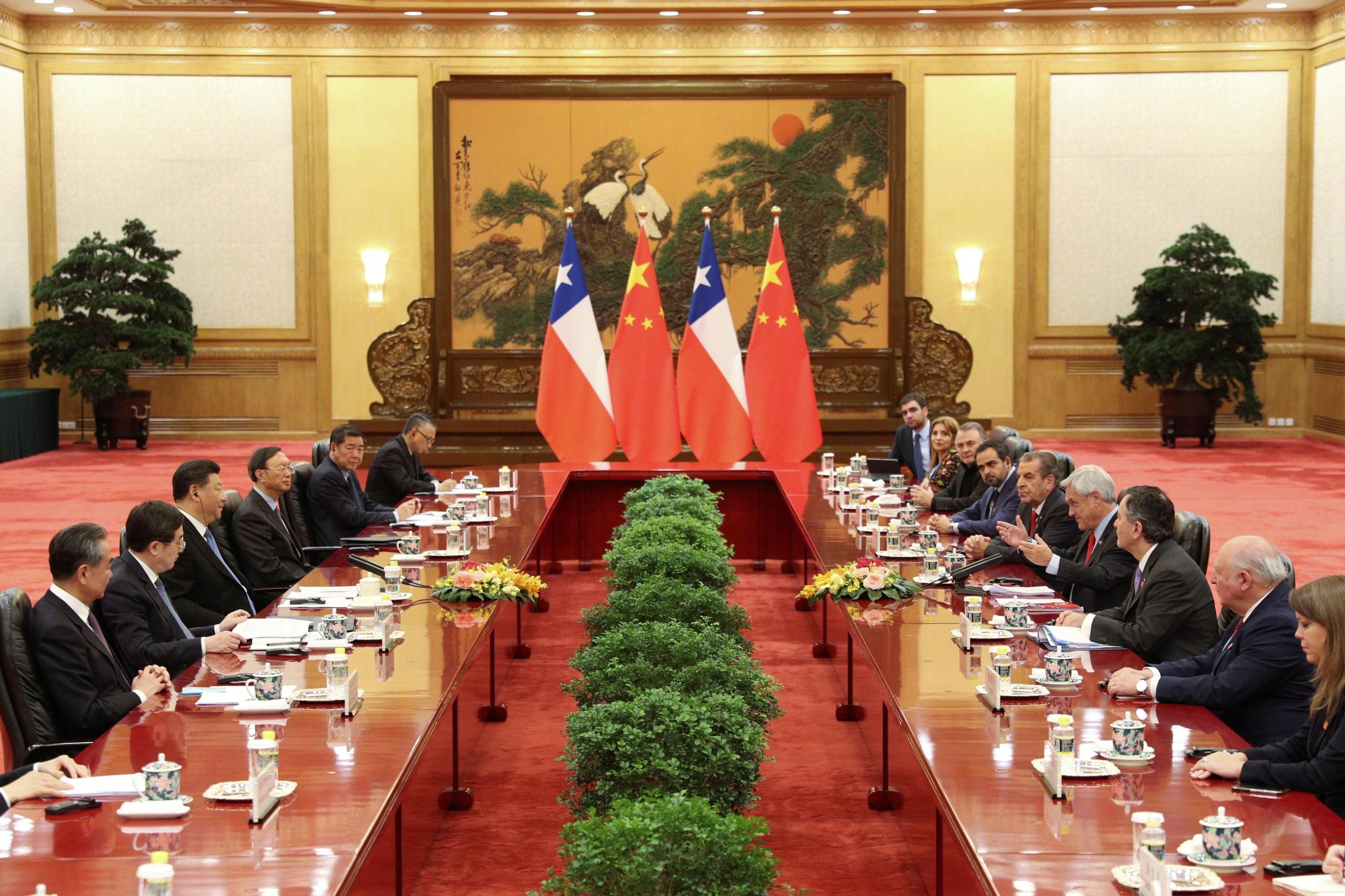 El presidente chileno, Sebastián Piñera, conversa con su homólogo chino, Xi Jinping, durante una reunión celebrada en el Gran Palacio del Pueblo. (Foto: EFE)