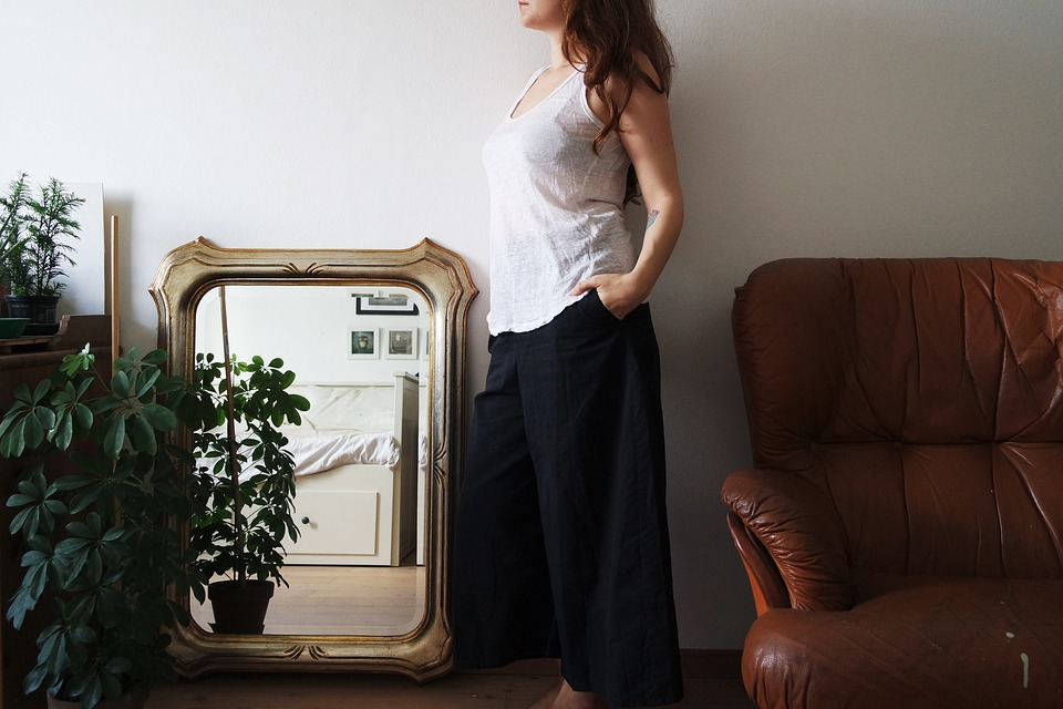 Es recomendable que un espejo esté frente a una fuente de luz, así le darás amplitud a tu sala. (Foto: Pixabay)