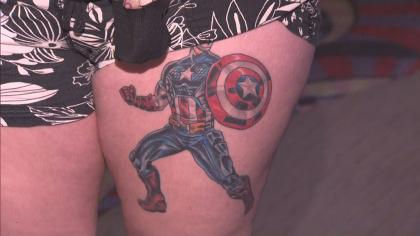 Fanática muestra tatuaje del Capitán América.