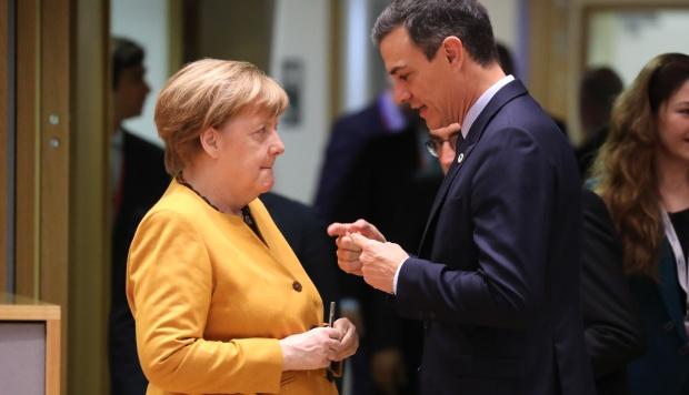 La canciller alemana, Angela Merkel, y el presidente español, Pedro Sánchez, conversan en Bruselas el segundo día de una cumbre de la UE centrada en el Brexit. (Foto: AFP)