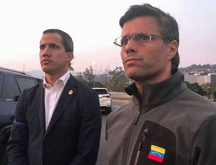 Juan Guaidó y Leopoldo López en la base militar La Carlota este martes. (Vía Twitter: @leopoldolopez)