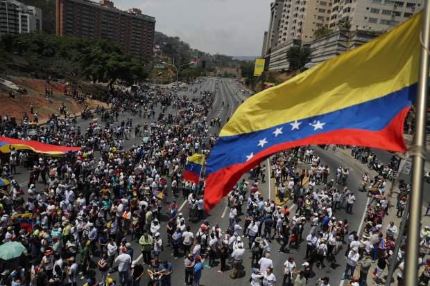 Cientos de venezolanos tomaron las calles de Caracas este miércoles, un día después del efímero levantamiento militar encabezado por el jefe del Parlamento, Juan Guaidó. (Foto: EFE)