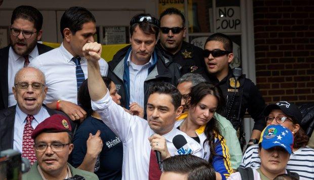 Carlos Vecchio se plantó en los escalones de la embajada y declaró su intención de