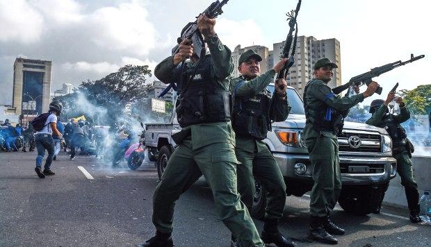 Miembros de la Guardia Nacional Bolivariana que se unieron al líder opositor venezolano y al autoproclamado presidente en funciones Juan Guaidó en su campaña para derrocar al presidente Nicolás Maduro. (Foto: AFP)