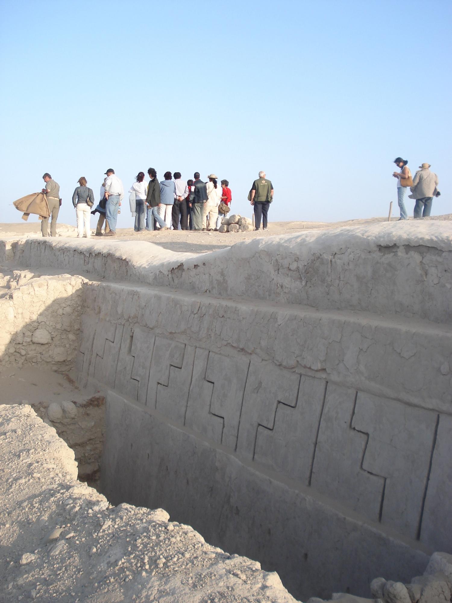 Este complejo ceremonial tiene tallados en sus paredes de barro. (Foto: PromPerú)