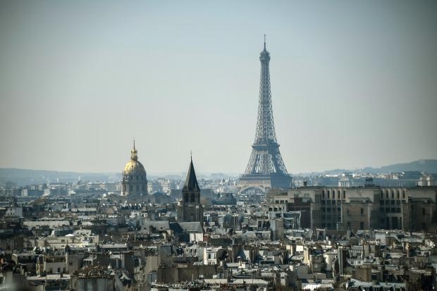 La Torre Eiffel domina la capital francesa, París, es vista desde la catedral de Notre-Dame-de-Paris el 11 de abril de 2019. (Foto: AFP)