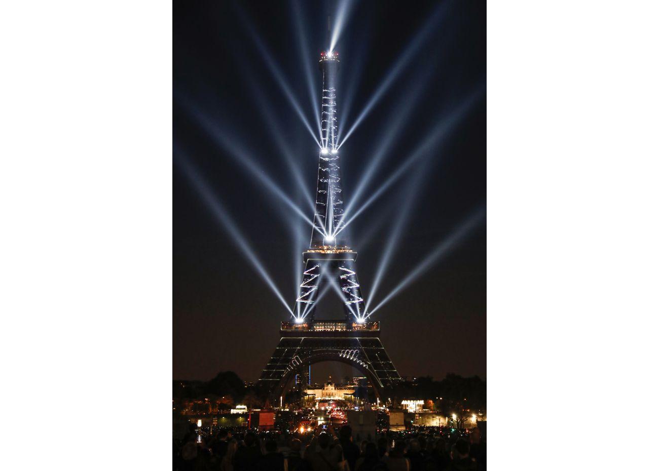 Al anochecer, las luces fueron proyectadas desde diversos puntos de la fachada de la Torre Eiffel. (Foto: AFP)