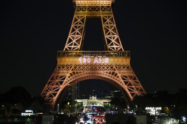 Una fotografía tomada el 15 de mayo de 2019 muestra la Torre Eiffel durante un espectáculo de luces que celebra el 130 aniversario de su construcción, en París. (Foto: AFP)