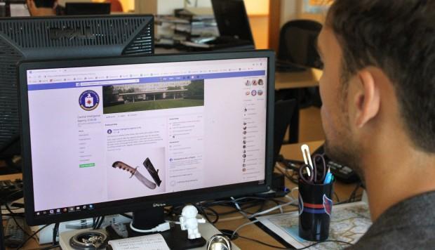 Una persona consulta la página de la Agencia Central de Inteligencia estadounidense (CIA) en la red social de Facebook. (Foto: EFE)