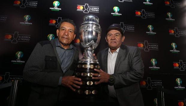 Chumpitaz y Sotil posan junto al trofeo de la Copa América, 44 años después de la última consagración de la bicolor en el torneo. (Foto: Violeta Ayasta / GEC)