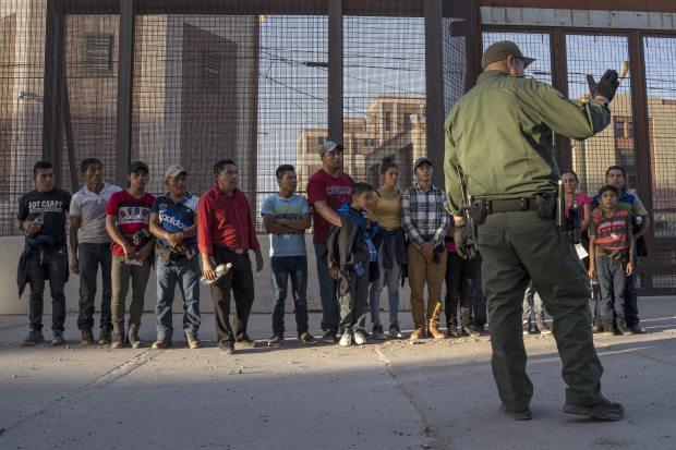 Los migrantes, en su mayoría de América Central, a punto de abordar una camioneta que los llevará a un centro de procesamiento, el 16 de mayo de 2019, en El Paso, Texas. (Foto: AFP)