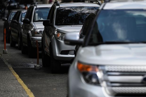 Autos hacen cola para rellenar sus tanques de gasolina en la estación de servicio de Petróleos de Venezuela SA (PDVSA) en Caracas. (Foto: AFP)