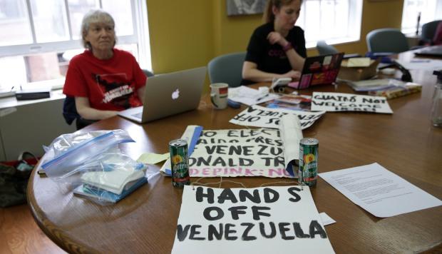 Alrededor de una docena de activistas portaron letreros cuando ocuparon la embajada durante dos semanas para evitar que el edificio perdiera el control después de que Nicolás Maduro la cerrara en enero de 2019. (Foto: AFP)