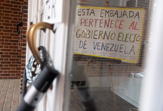 Activistas que se oponen a Juan Guaidó y su toma de posesión de los edificios diplomáticos venezolanos realizaron vigilias durante días para proteger a la Embajada de Venezuela en Washington. (Foto: AFP)