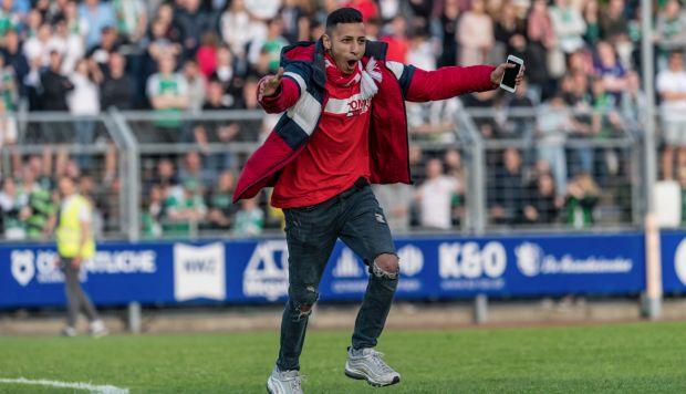 El aficionado celebró su acercamiento con Pizarro. (Foto: @werderbremenES)