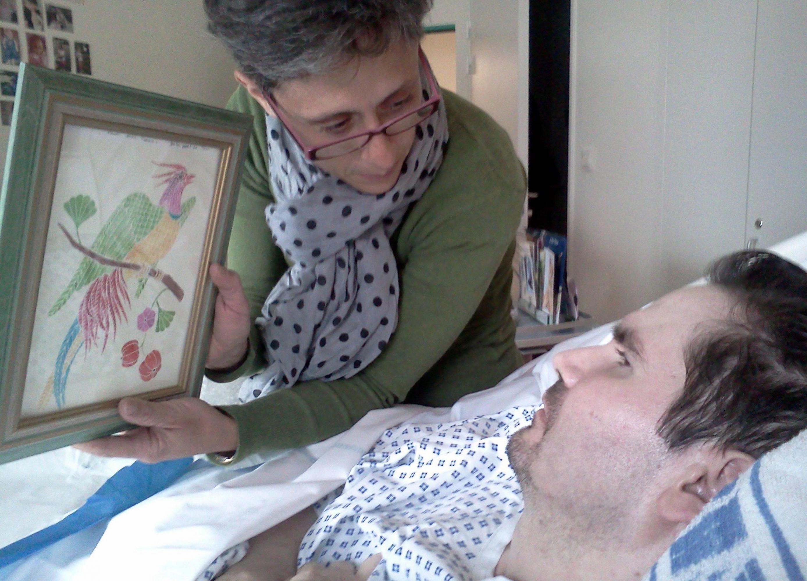 Foto de archivo de Vincent Lambert, en estado vegetativo desde 2008, con su madre Viviane en un hospital de Reims. (Foto: EFE)