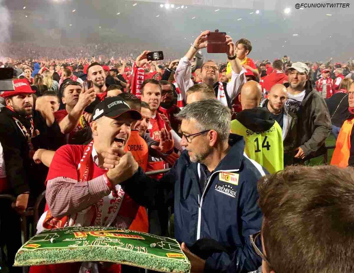 Urs Fischer, entrenador de Unión Berlín, recibió una torta de los hinchas. (Foto: @FCUnion)