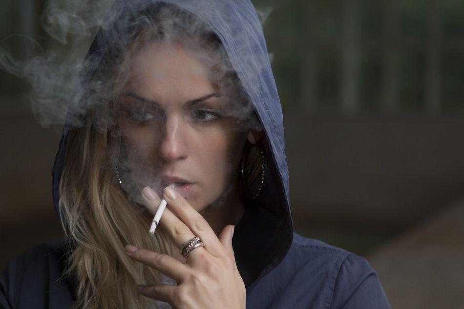 Cada vez son más las mujeres adolescentes que se inician en el consumo del tabaco. (Foto: Pixabay)