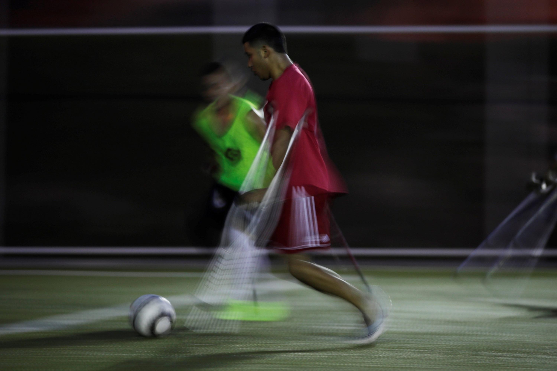 Un hombre participa en un entrenamiento de fútbol de amputados. (EFE)