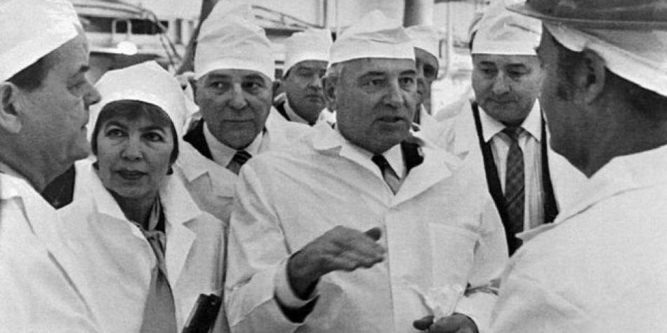 El ex presidente soviético Mijaíl Gorbachov y su esposa Raisa Gorbacheva visitaron la planta nuclear poco antes del desastre. (Foto: Getty images, vía BBC Mundo)
