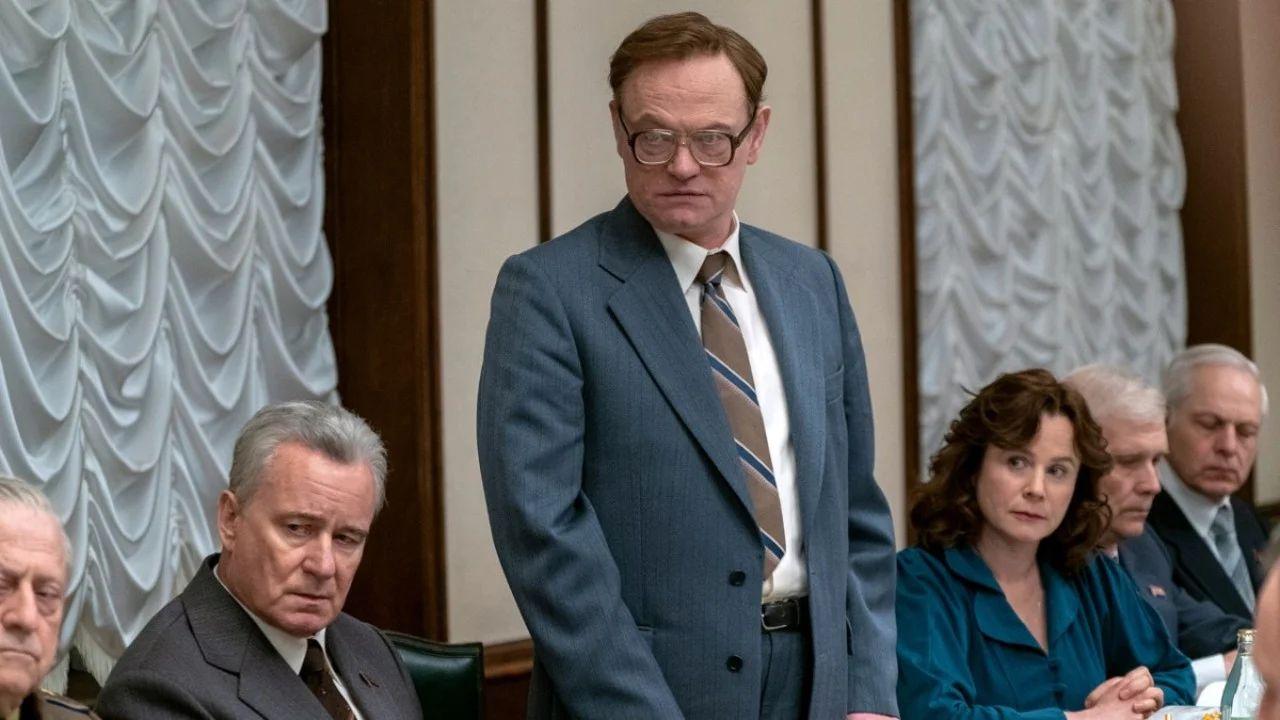 Finalmente, Legasov tiene la responsabilidad de revelar la verdad que la Unión Soviética quiso ocultar sobre