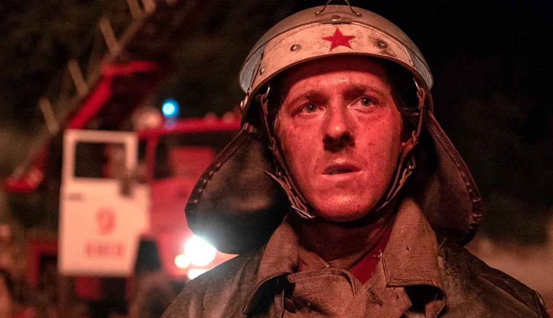 El bombero Vasili Ignatenko, interpretado por Adam Nagatis, en los primeros momentos del desastre de Chernóbil. (Foto: HBO)