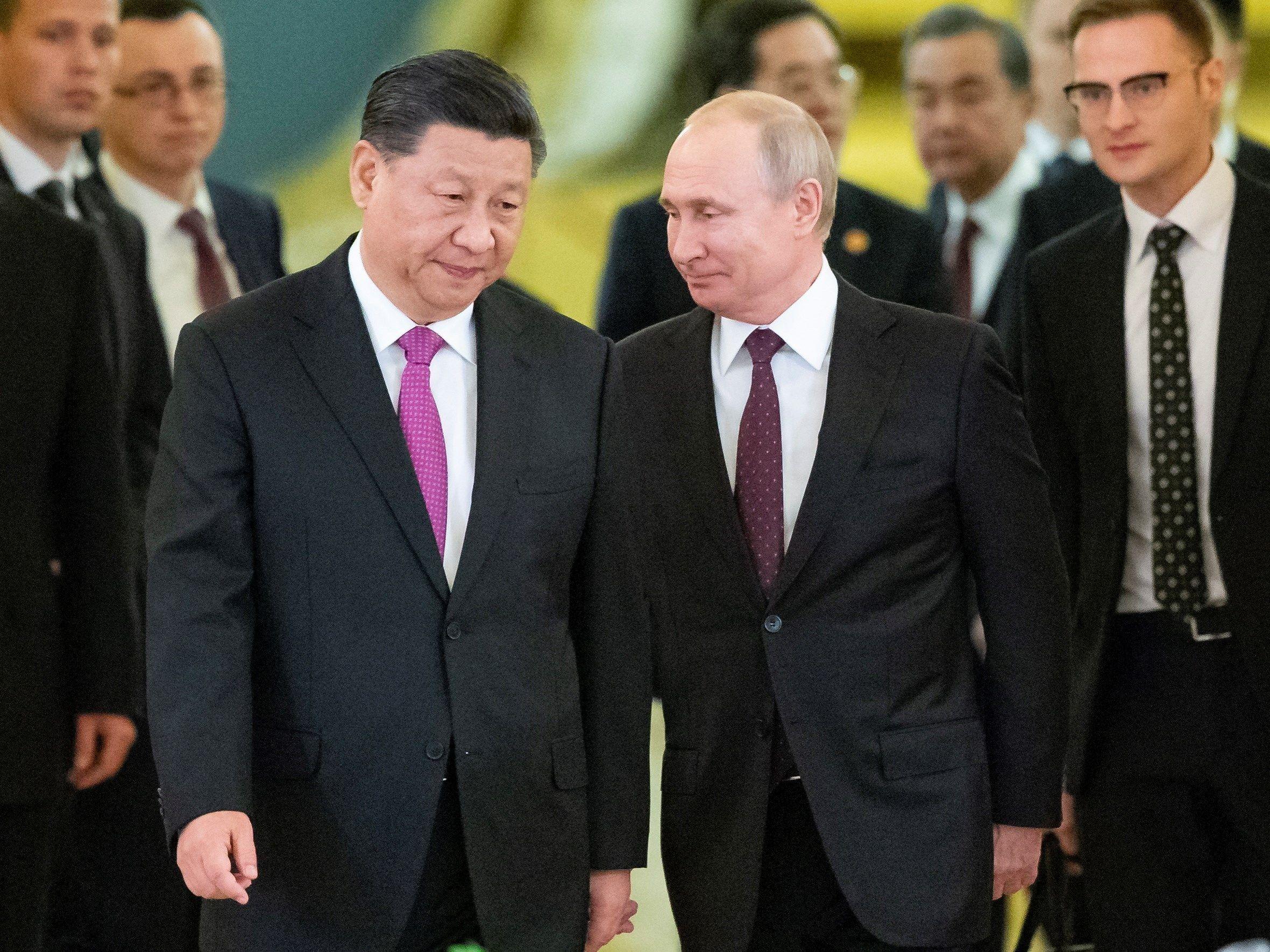 El presidente ruso, Vladimir Putin, y su homólogo chino, Xi Jinping, llegan a su reunión en el Kremlin. (Foto: EFE)