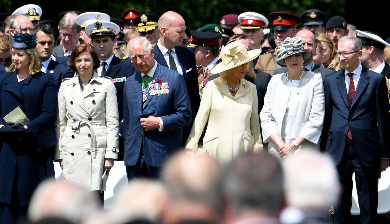 La primera ministra de Gran Bretaña, Theresa May junto al príncipe Carlos de Gran Bretaña asisten a una ceremonia en Bayeux. (Foto: Reuters)