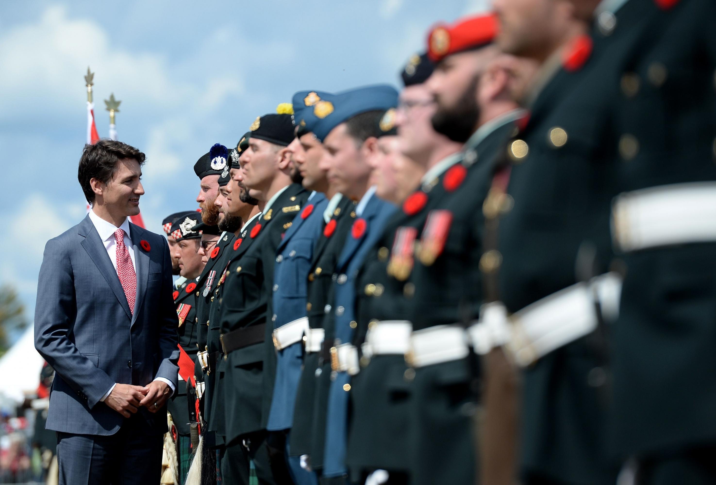 El primer ministro canadiense Justin Trudeau revisa las tropas canadienses durante la ceremonia internacional en la playa de Juno en Courseulles-sur-Mer, Normandía. (Foto: AFP)