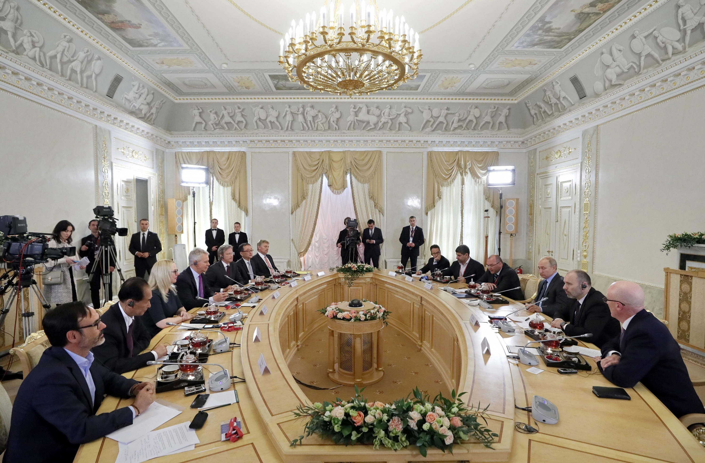 Vista general durante la reunión que mantuvo el presidente ruso, Vladímir Putin, con los máximos responsables de las principales agencias de noticias del mundo. (Foto: EFE)