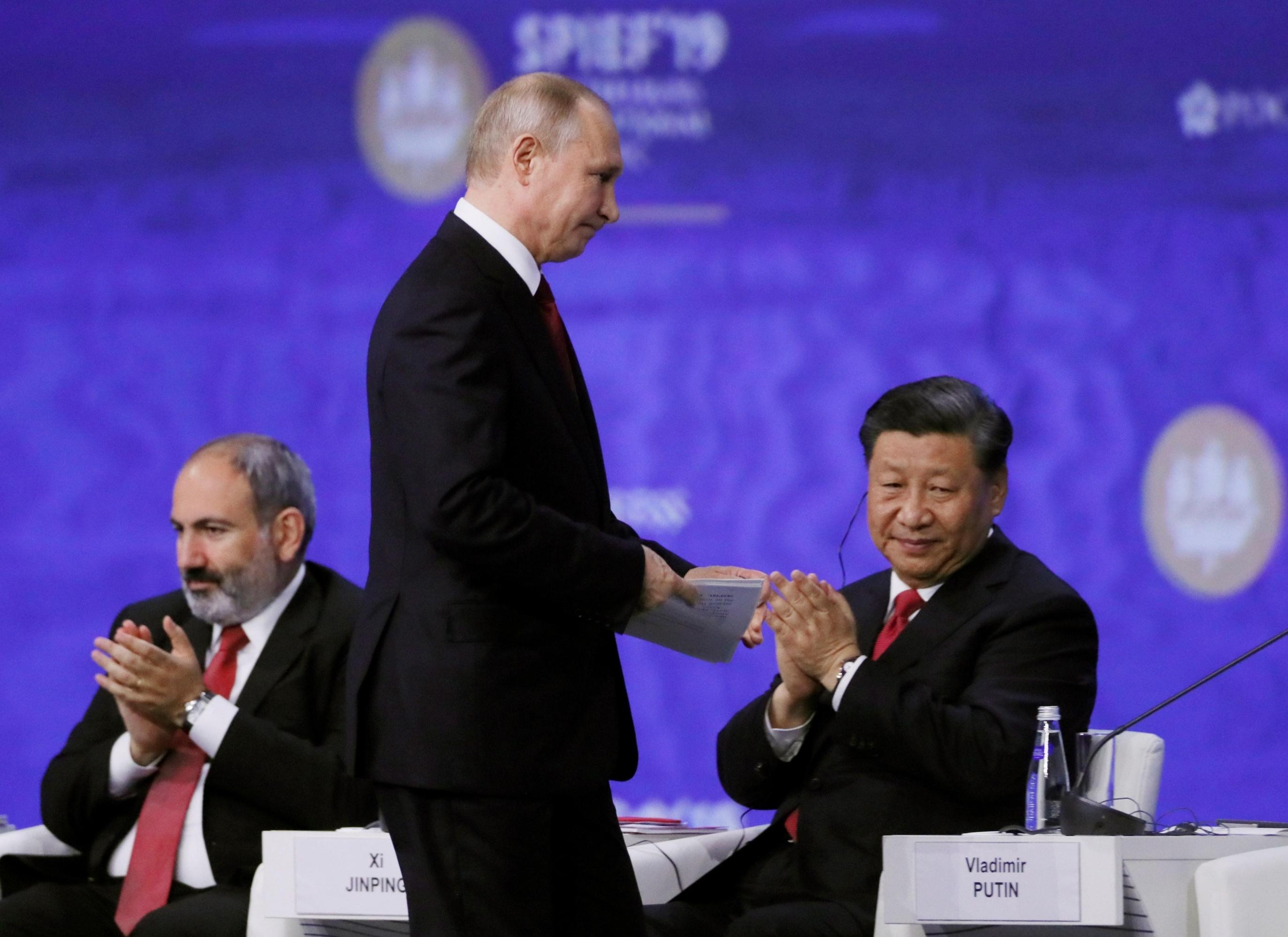 Putin y su homólogo chino, Xi Jinping, participan en el Foro Económico Internacional de San Petersburgo, este viernes, en Rusia. (Foto: EFE)