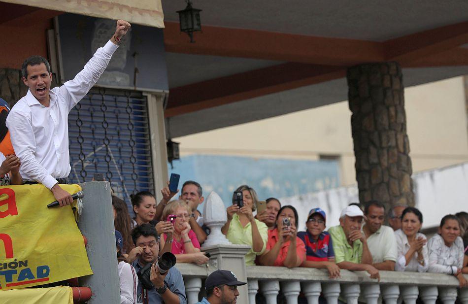 Juan Guaidó recorrió este sábado los barrios del estado Miranda, cercano a Caracas, junto a Henrique Capriles. (Foto: Reuters)