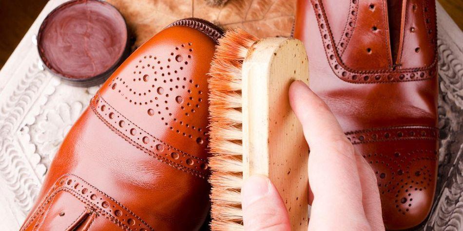 Antes de pulir tus zapatos, debes limpiarlos bien con un cepillo fuerte. (Foto: Getty Images)
