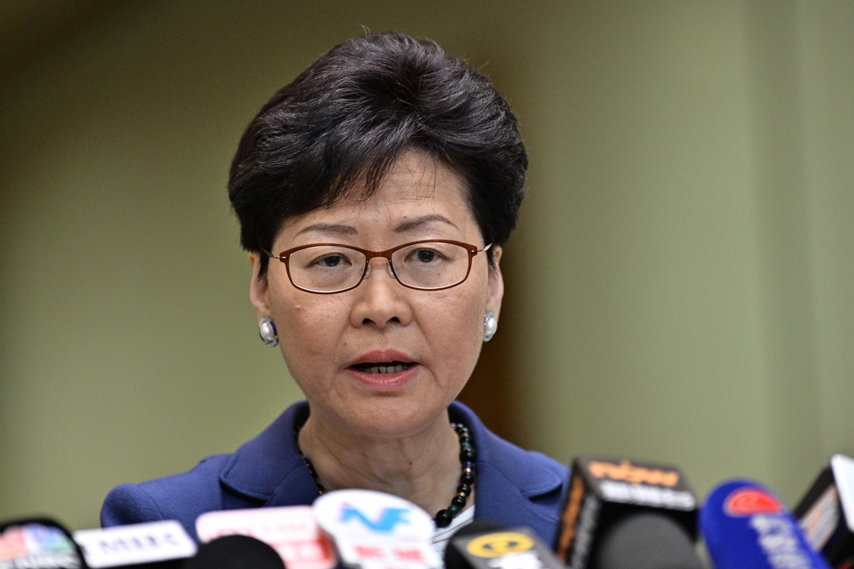 La presidenta ejecutiva, Carrie Lam, celebra una conferencia de prensa en Hong Kong. (Foto: AFP)