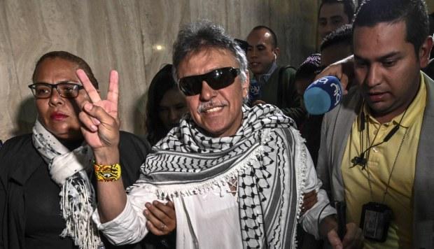 El miembro del partido de las FARC Jesús Santrich muestra la señal de