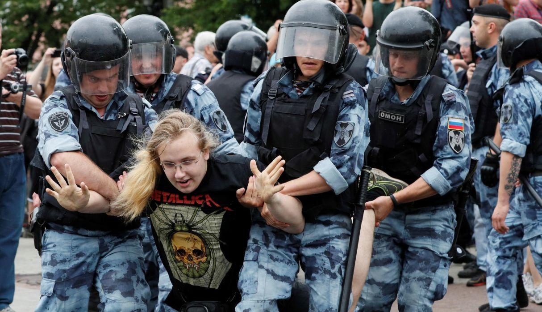 Cientos fueron detenidos hace unos días en una marcha de apoyo al periodista Iván Golunov. (Foto: EFE)