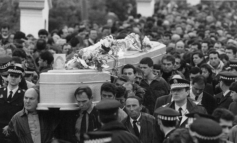 El entierro de las menores congregó a cerca de 30.000 personas en Alcàsser. (Foto: EFE)