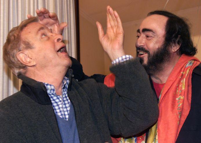 Franco Zeffirelli fue muy activo en el mundo de la ópera. Aquí una foto junto a Luciano Pavarotti. (AFP)