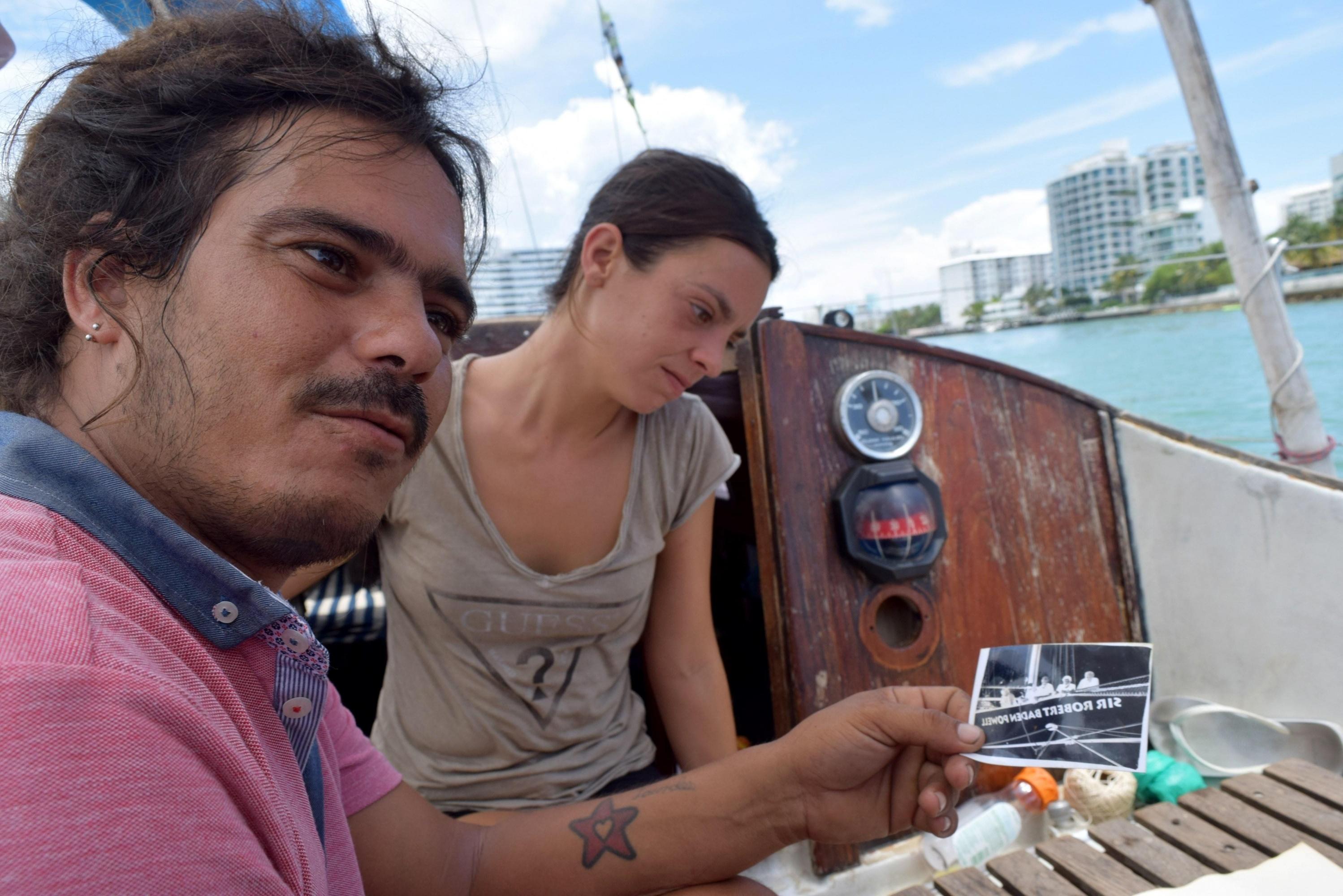 Lara Gandía, natural de Valencia (España), y Berenguer, que afirma que han recorrido juntos unas 1.700 millas náuticas. (EFE)