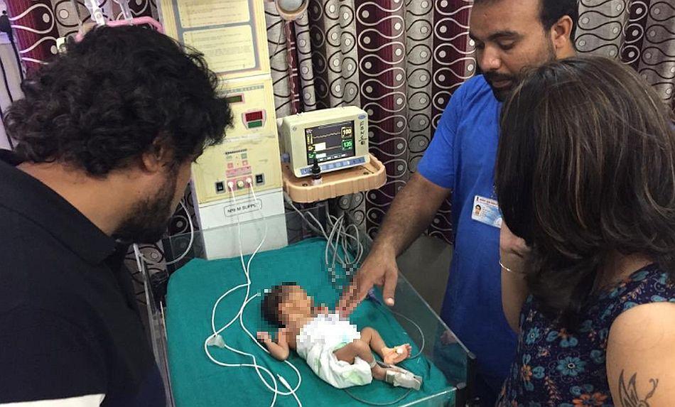 La pareja visitó a la pequeña en el hospital donde se recupera y aseguró que harán lo posible para adoptarla de acuerdo a las reglas. (Foto: Twitter @vinodkapri)